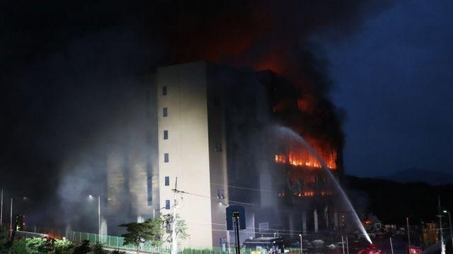 쿠팡물류센터 화재 27시간째 진화 중···실종된 소방관 구조 일시중단